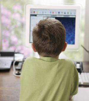 75% das crianças visitam redes sociais escondidas dos pais - Pesquisa revela que os pais acham que basta proibir para que os filhos não entrem nelas