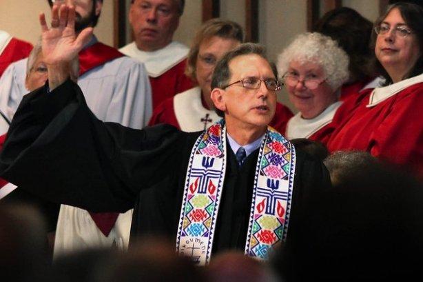 O Rev. Scott Anderson dá a bênção no fim de sua cerimônia de ordenação em Madison, Wisconsin, no sábado, 8 de outubro, 2011. Mr. Anderson é a primeira pessoa abertamente gay a ser ordenado ao ministério na Igreja Presbiteriana (EUA), a maior da nação igreja presbiteriana. (AP Photo / Wisconsin State Journal, Craig Schreiner)