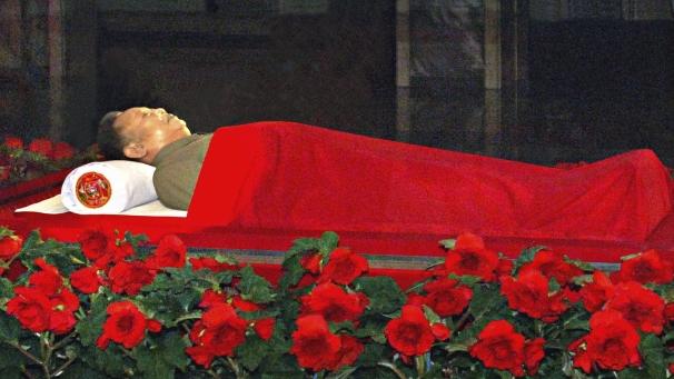 O deus da Coréia do Norte, Kim Jong-Il, está MORTO - Ele tem boca, mas não fala, ele tem olhos mas não pode ver, ELE MORREU!