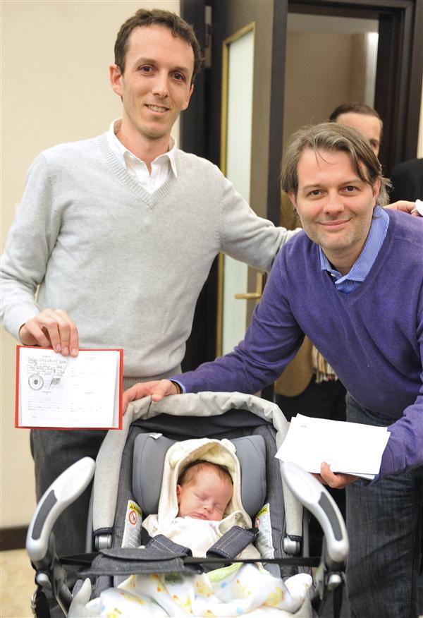 O bebe foi gestado numa barriga de aluguel e depois do nascimento foi registrado como filho legítimo de DOIS homens