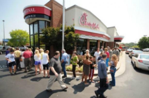 """600 mil pessoas comem sanduiche para apoiar """"casamento bíblico"""". Filas se formaram em vários restaurantes da rede fast food Chick-Fil-A nos EUA."""