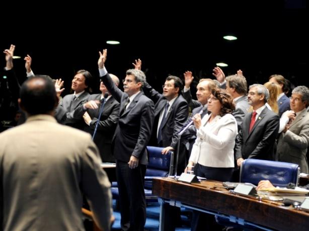 Parlamentares votam na sessão que aprovou o salário mínimo de R$ 545 e regras para os reajustes dos próximos anos